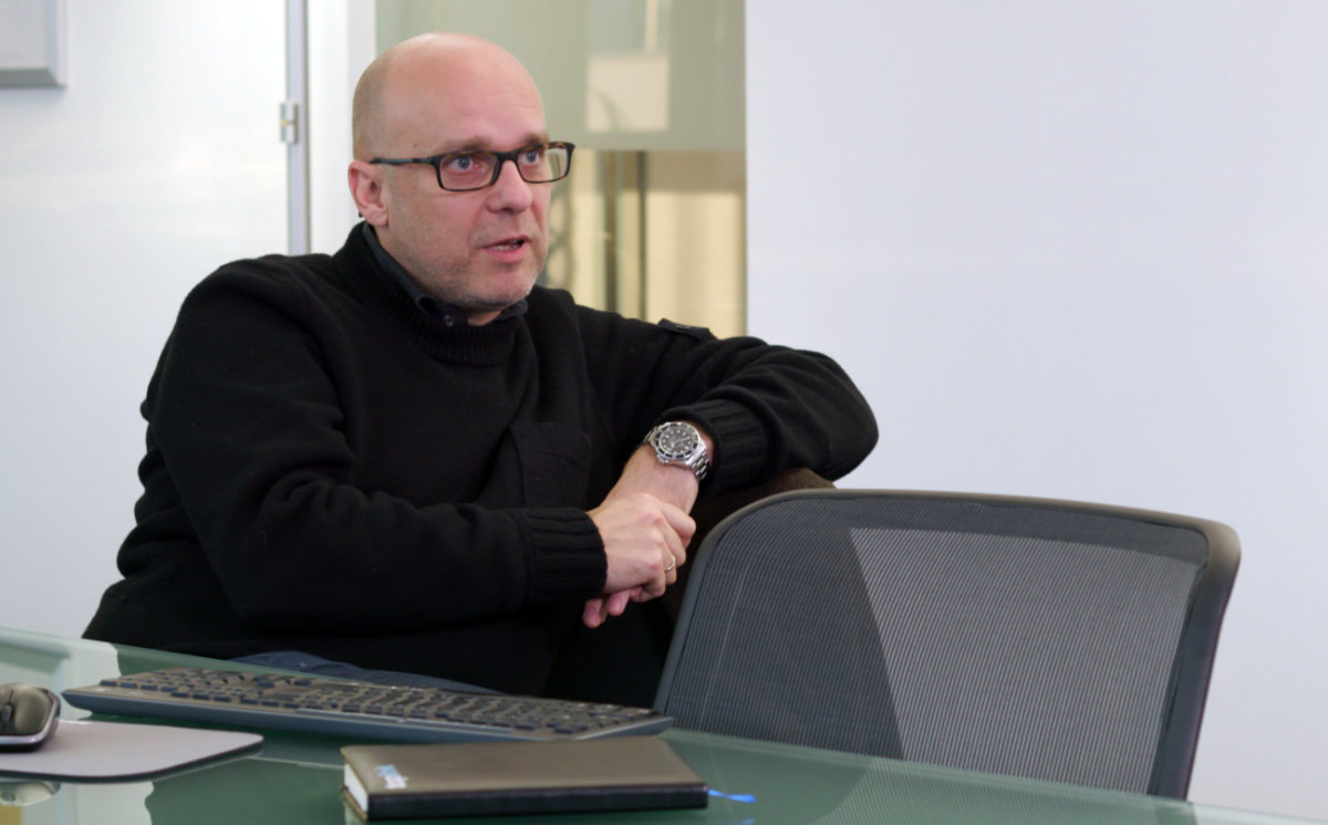Managing director of toplink sitting on a chair - Investor relations